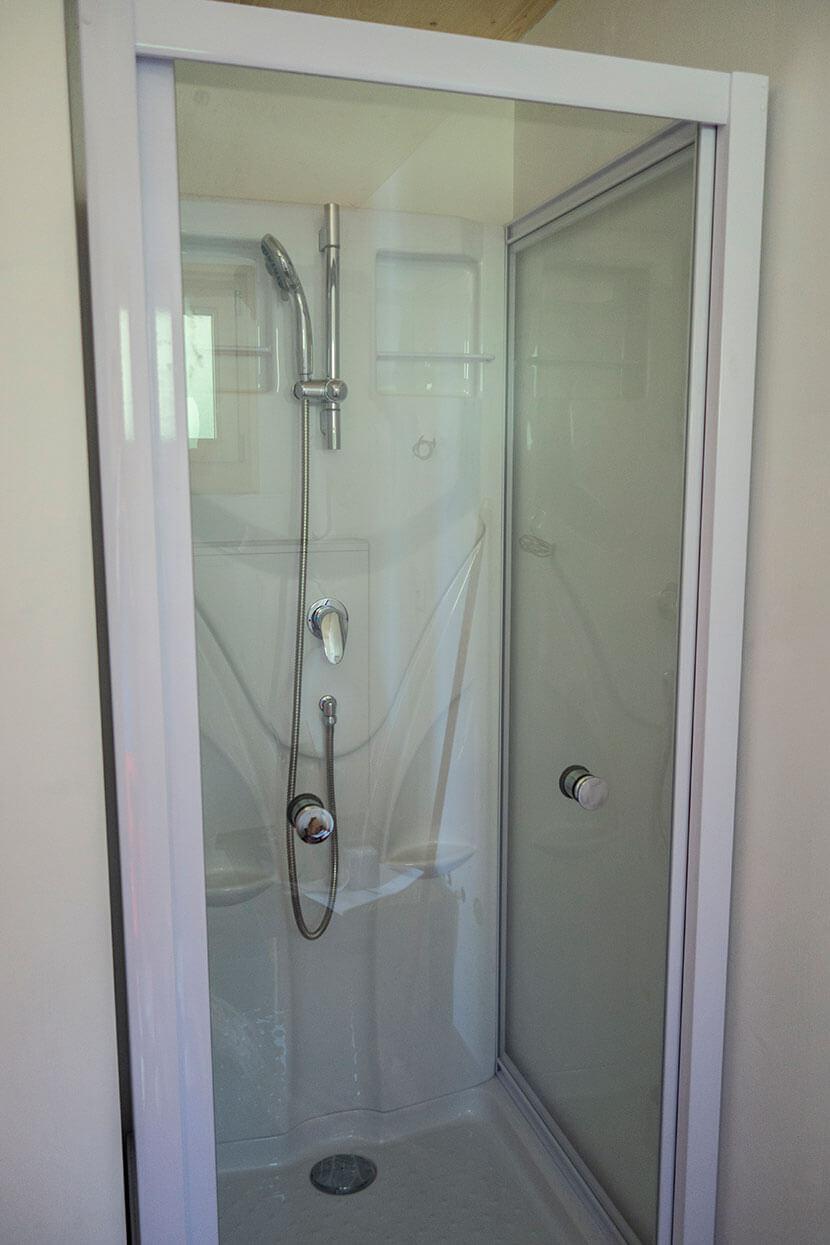 vue intérieure douche Tiny House de l'Aigle Villeret